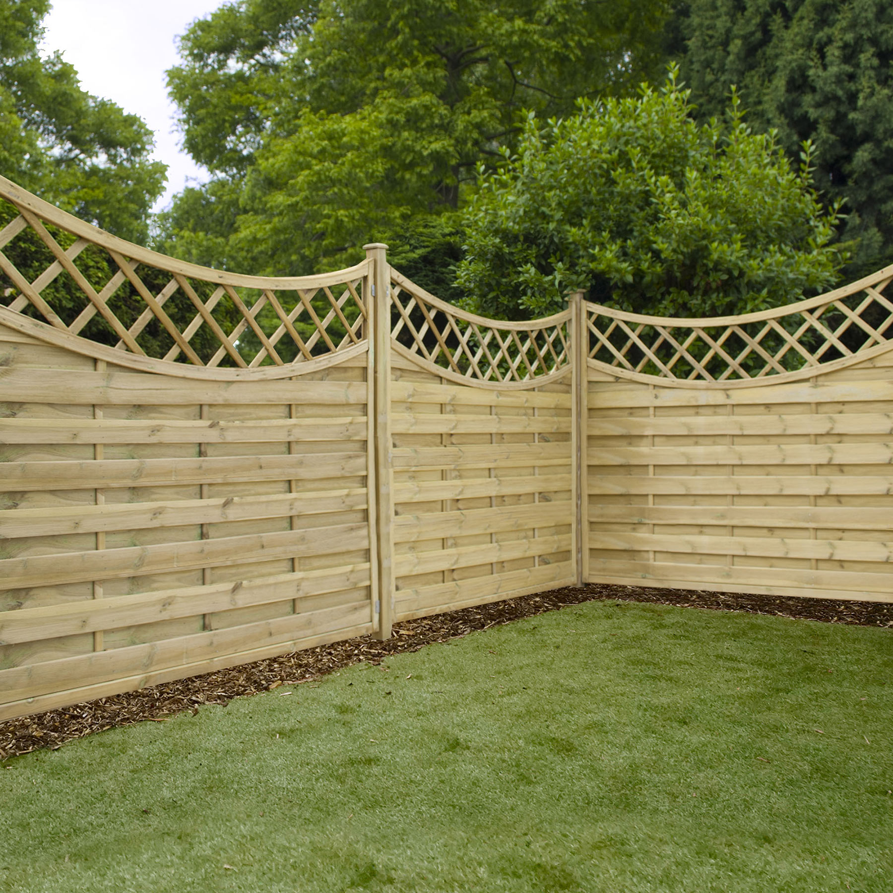 Horizontal weave fencing with trellis