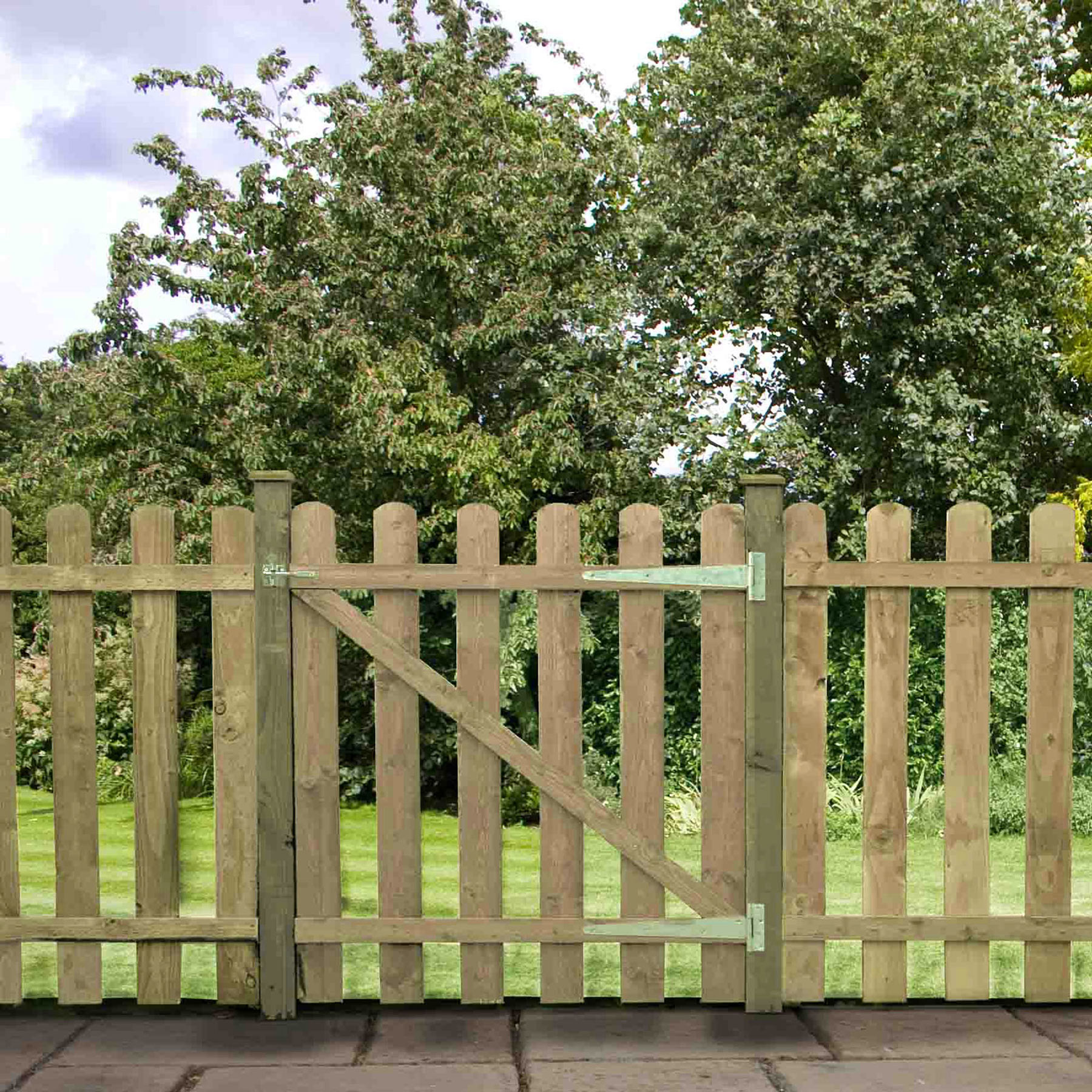 palisade fencing with gate
